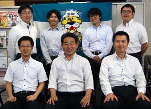 後列左から 本郷副委員長、和泉制度・福祉対策部長、大町組織部長、岡田副委員長 前列左から 平澤書記長、阿部委員長、根本副委員長