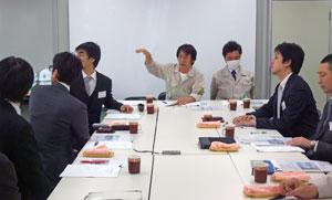工事について説明する奥田工事所長 (写真中央)